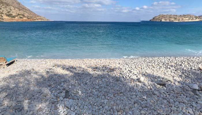 Галечный пляж в Плака на Крите