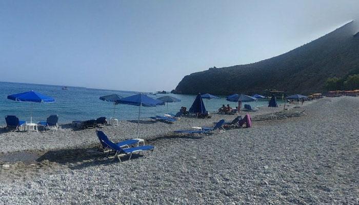 Пляж Глика Нера с шезлонгами на Крите
