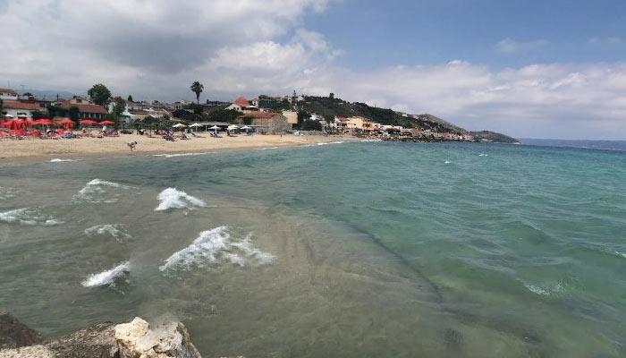 Голубая вода пляжа Каливеса на Крите