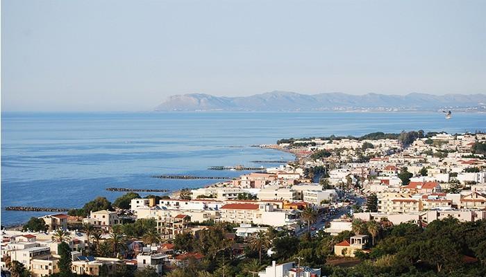 Вид на курорт Платаньяс на Крите