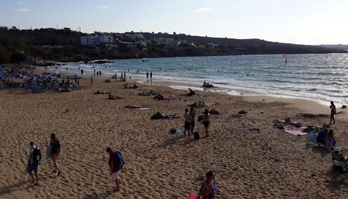 Отдыхающие на пляже Каталас на Крите