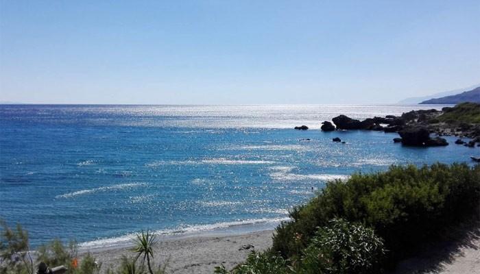 Лигрес: песчаный пляж между причудливым водопадом и скалами.