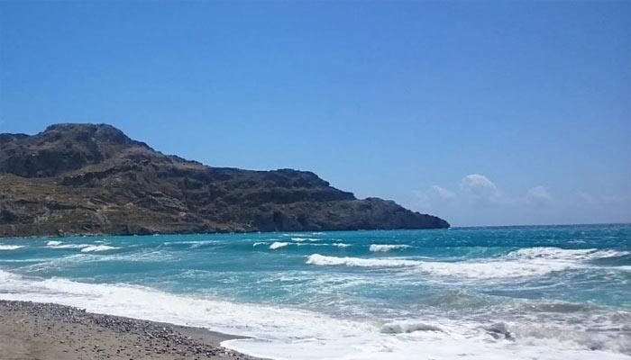 Волны на побережье поселка Плакиас на Крите