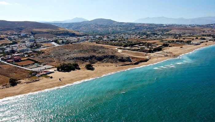 Фото береговой линии поселка Картерос на Крите с воздуха