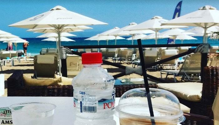 Фото пляжа с зонтами от солнца в Картеросе на Крите