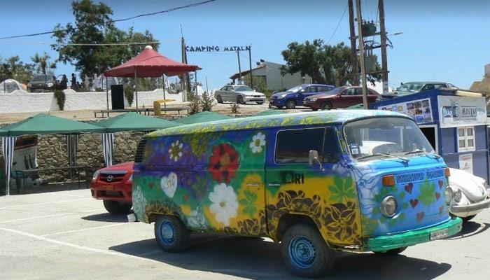 Расписанный автомобиль хиппи в городе Матала на острове Крит