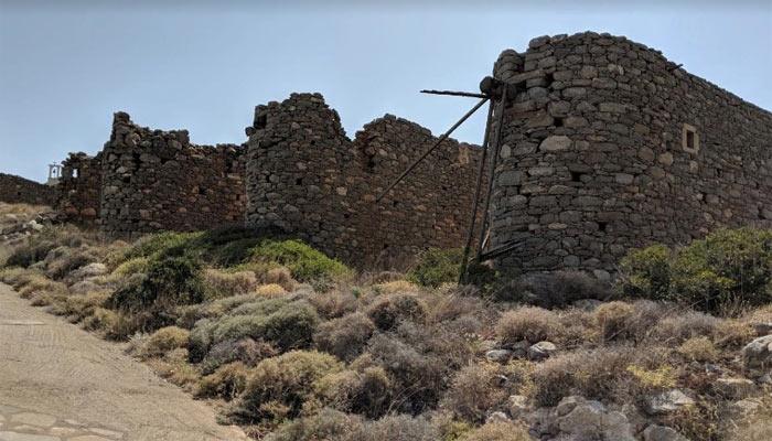 Коллекция старых ветряных мельниц Vrouhas Windmills в Элунде на Крите