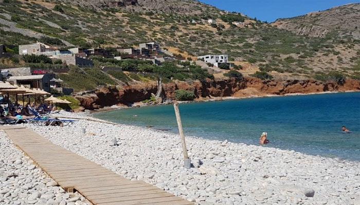 Пляж Plaka Beach в поселке Элунда на острове Крит