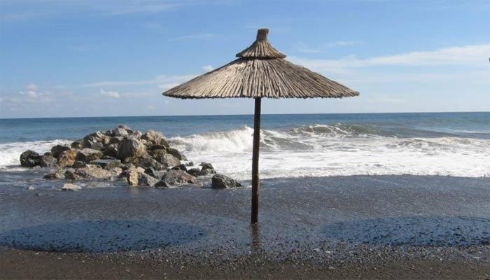 Черный песок пляжа Перисса на острове Санторини