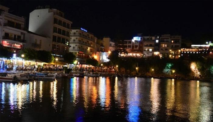 Фото ночного города Агиос Николаос на Крите