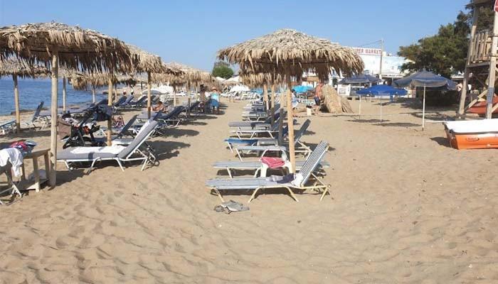Шизлонги на пляже Аналипси на Крите