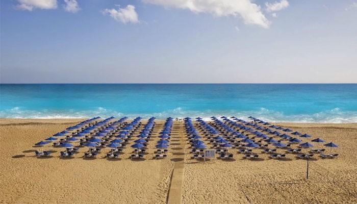 Пляж с зонтами от солнца в Ретимно на Крите