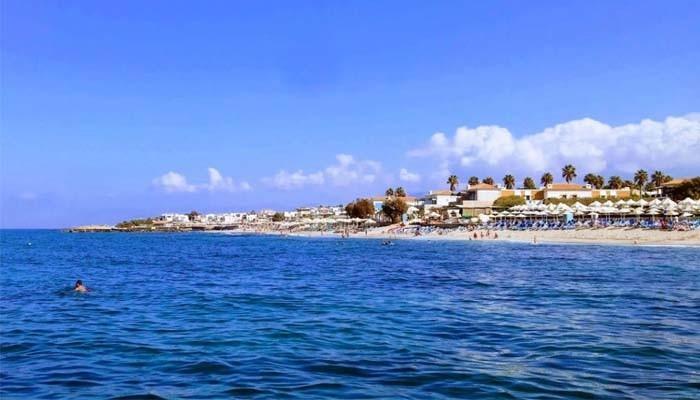 Вид на городской пляж Аниссарас с моря