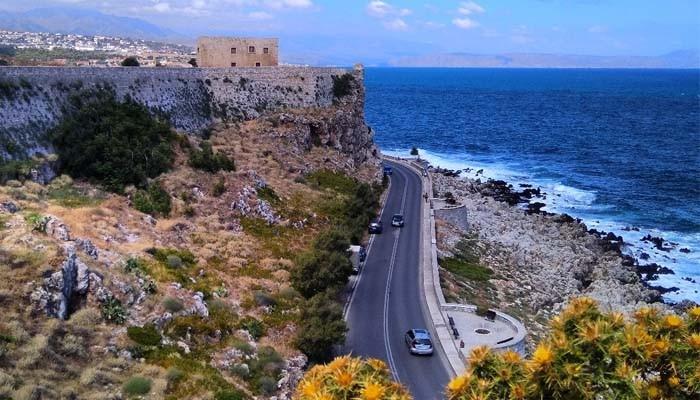 Дорога в городе Ретимно на фоне моря