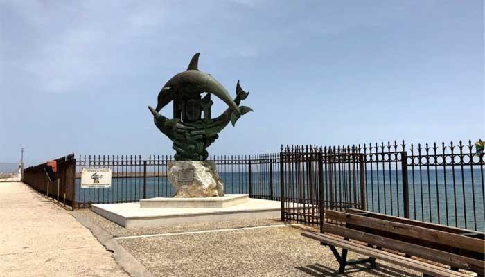 статуя два дельфина в ретимно