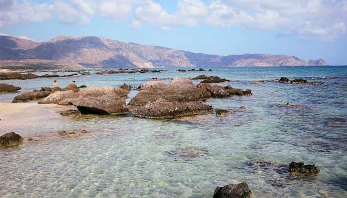 Вид на розовый пляж Элафониси на острове Крит