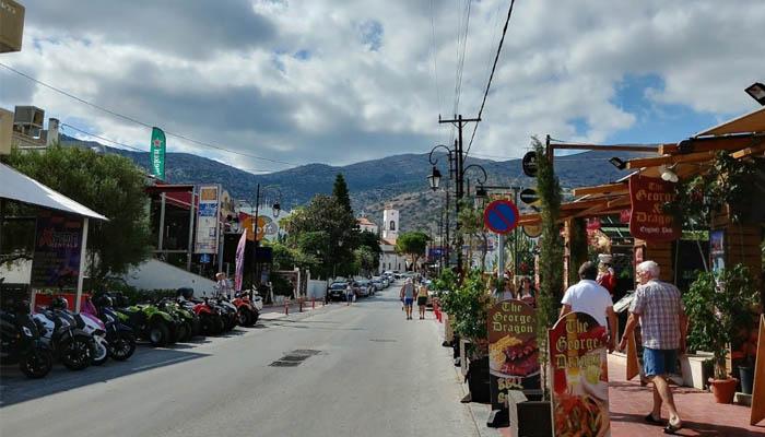 Центральная улица курорта Малии на Крите