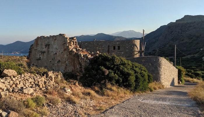 Старинная коллекция мельниц в восточной части Крита